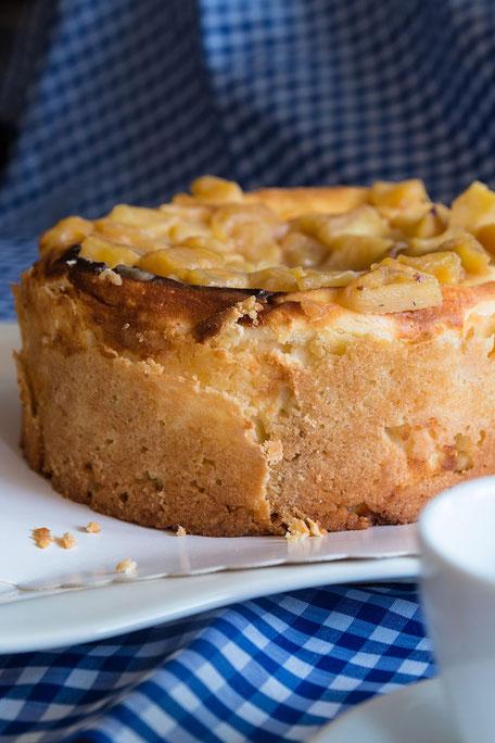 Kleiner Apfel-Käse Marzipankuchen ganz hochkant © mjpics