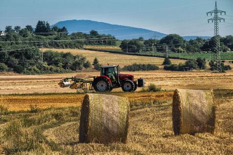 arbeit-auf-dem-feld-traktor