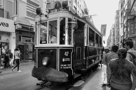 historische-strassenbahn-taksim-platz-istanbul-monochrome