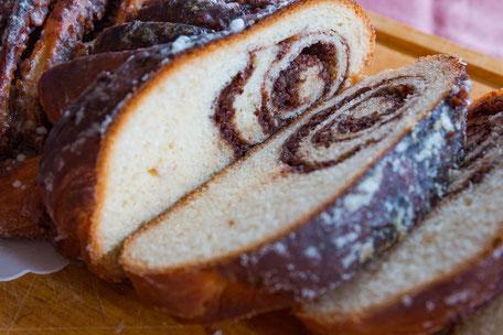 Hefezopf mit Nuss-Schokolade Füllung in Scheiben © mjpics