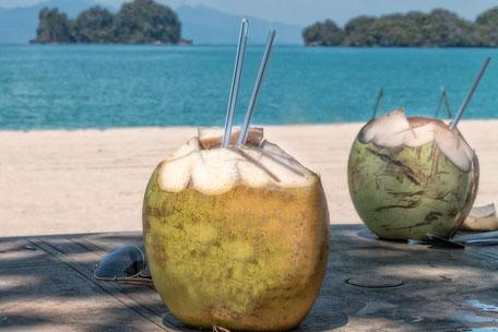 fresh-coconut-kokosnuss-mit-strohhalm-getraenk