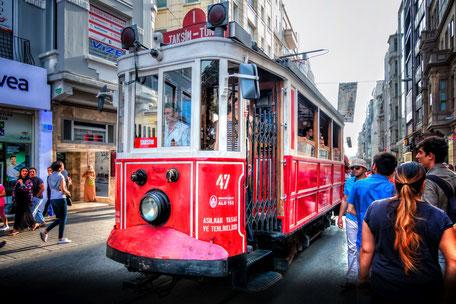 historische-strassenbahn-taksim-platz-istanbul