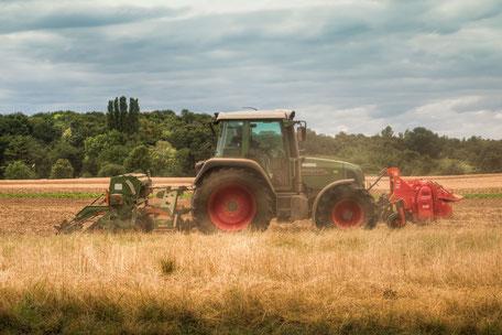 traktor-auf-dem-acker