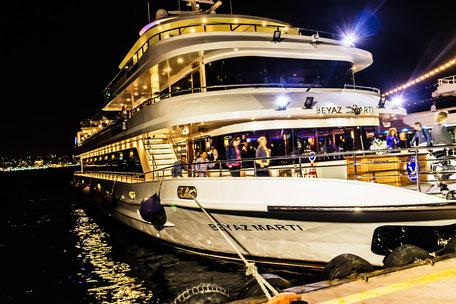 Ausflugs-Fährschiff auf dem Bosporus Istanbul