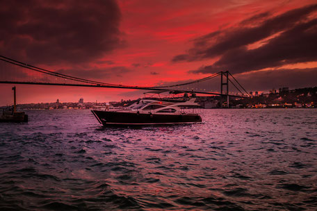 Sonnenuntergang am Bosporus mit Yacht