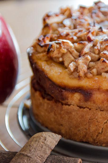 Kleiner Apfel-Käse-Kuchen mit Zimtstange hochkant