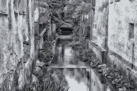 kanal-zwischen-den-haeusern-im-nahetal-black-and-white