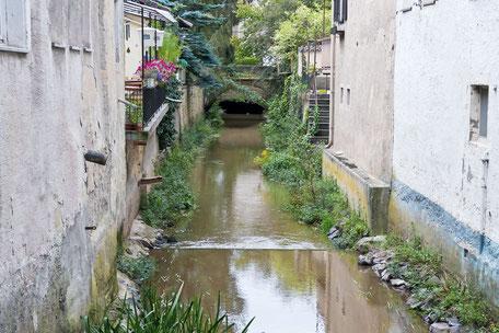 kanal-zwischen-den-haeusern-im-nahetal