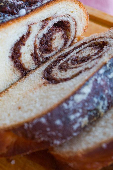 Hefezopf mit Nuss-Schokolade Füllung in Scheiben hochkant © mjpics