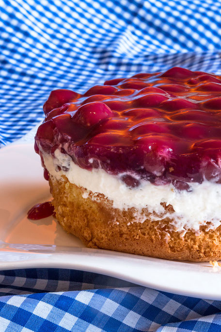 Kleiner Kirsch-Quark-Kuchen hochkant mjpics