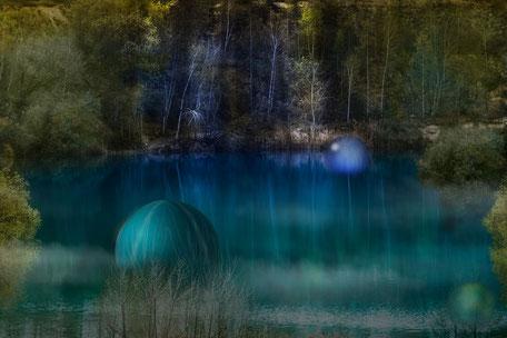 Kugeln schwimmen im türkisfarbenen See Composing
