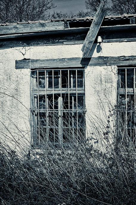 Fenster-in-einer-alten-Hütte