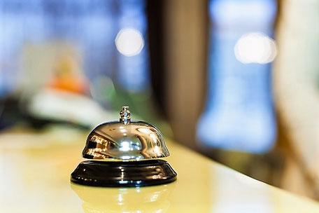 Glocke auf einer Rezeption in einem Hotel, so kann der Gastgeber gerufen werden - Synonym für Kooperations-Angebot mit der ERGO Reiseversicherung