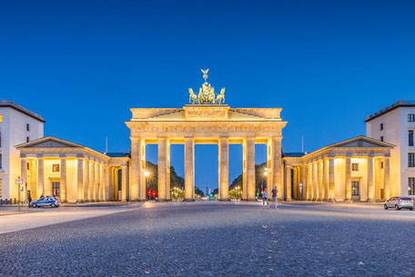 Das angestrahlte Brandenburger Tor in Berlin bei Nacht als Synonym für Reisen nach Deutschland für Ausländer und ausländische Besucher die eine ERGO Incoming-Krankenversicherung brauchen