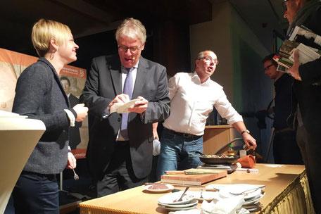 Journalist und Radiokoch Helmut Gote mit Dieter Hütte auf der Bühne  beim Tourismustag 2017 in Templin