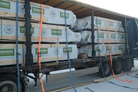 Holzhaus Bausatz wird in Finnland  geladen - Blockhausbau - Finnisches Holzhaus wird in Deutschland geliefert