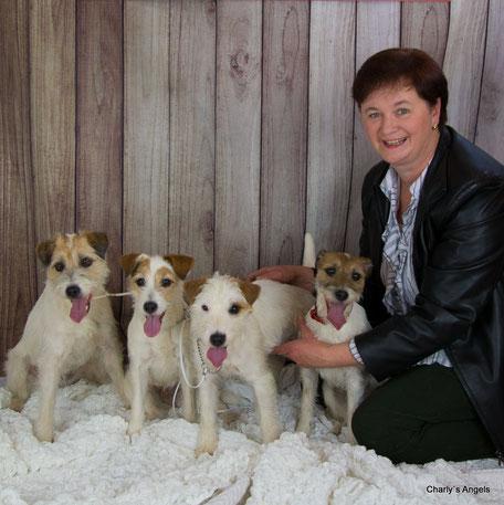 Züchterin Gertrude Wiegele mit ihren Parson Russell Terrier Hündinnen Daisy, Jazzy, Fee und Tara