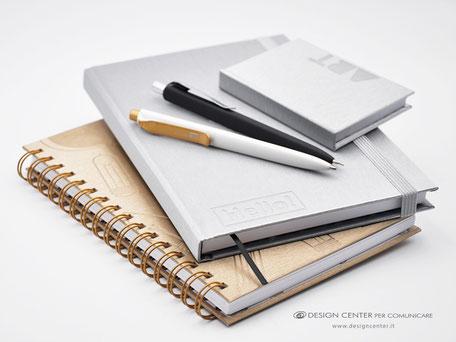 Taccuini e quaderni con copertina satuinata. Penne design in abbinamento.