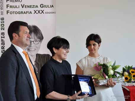 Giovanna Calvenzi premio Friuli Fotografia 2016 assieme a Franco Jacop Consiglio regionael FVg e Tiziana Pillin Banca Popolare di Cividale