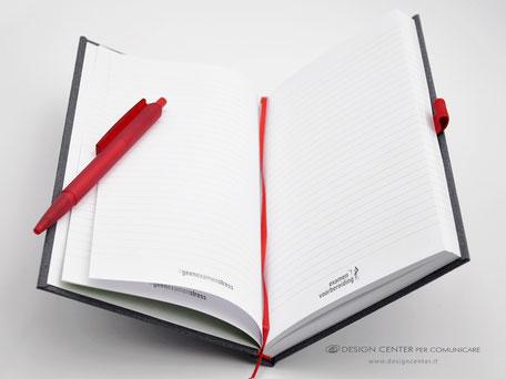 Taccuino con pagine personalizzate e accessori rossi coordinati.