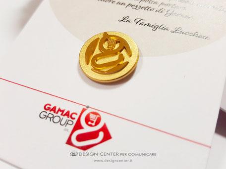 Spilla tonda in argento dorato ad altrorilievo con logo Gamac Group