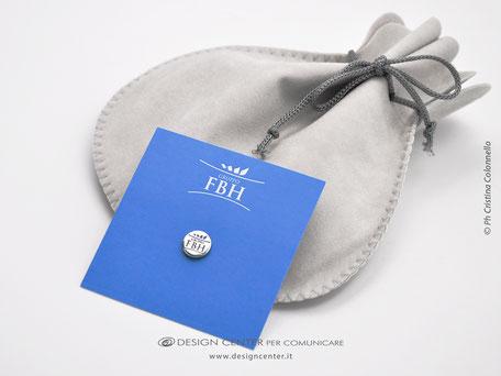 Spilla personalizzata con logo FBH Group in oro bianco  750/000  rodiato lucido
