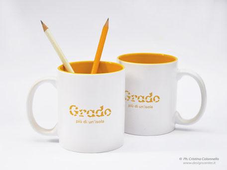 tazza mug museo - con logo Grado più di un'isola, inciso su 2 lati