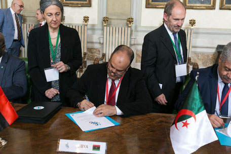 Ministri alla firma con a lato la cartella portadocumenti