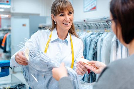 Versandreinigung-mueden.de, Brautkleider, Schneiderei Bild von Schneiderin und Kunden
