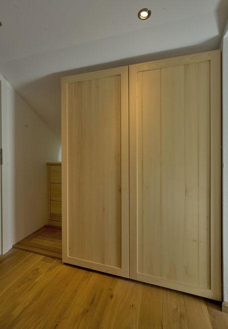 eiche individueller treppenaufgang mit stauraum en masse. Black Bedroom Furniture Sets. Home Design Ideas