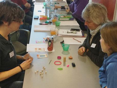 Drei Spielerinnen in Diskussion während eines PORTL Spiels bei einem Seminar in Stuttgart