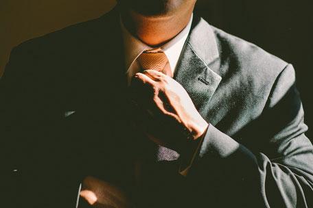 Bild: Krawatte orange, Krawattenknoten, Krawatte richten