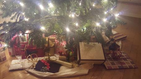 Bild: Weihnachtsbaum mit Geschenk von Morent Exclusive Accessoires Berlin