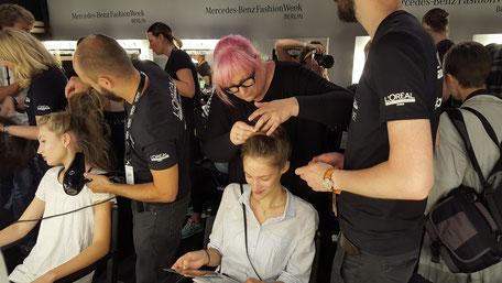 Bild: Styling der Models Backstage Fashion Week Berlin