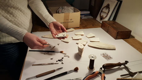 Bild: Prozess der Hersellung luxus Manschettenknöpfen im Ossa-Sepia Guss