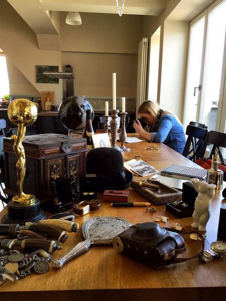 Bild: Eva-Maria Morent bei Fotoshooting für Manschettenknöpfe von Morent Berlin