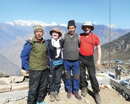 Dr. Ingrid Vogler mit Weggefährten auf dem Langtang-Treck in Nepal im Jahr 2018, hier zu Gast beim nepalesischen Freund Pemba (2. von rechts).