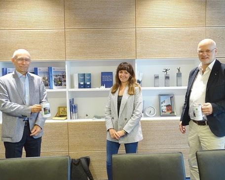 GEWOG-Vorstand Uwe Seibel überreichte die Spendendosen an die neue DESWOS-Mitarbeiterin Johanna Drach und Geschäftsführer Winfried Clever (von links).