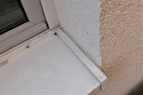 Die Fensterbank wurde zwischen die Fensterleibungen gesetzt, aber der Putz nicht auf die Oberseite der Fensterbankaufkantung geführt.