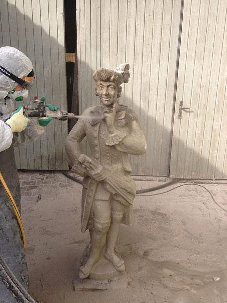 Reinigung einer historischen Figur