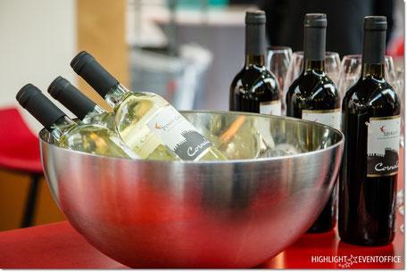 Weißwein und Rotwein wird gekühlt, ausschenken