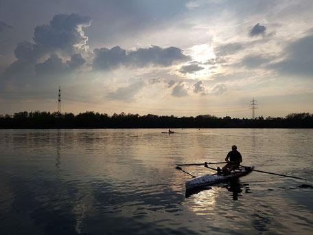 ROWonAIR rudern beim Neusser Ruderverein auf AIRSKIFF RowVista zum Sonnenuntergang