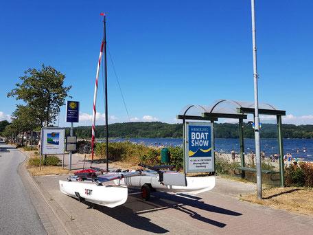 XCAT-Segeln auf der Ostsee (Flensburger Förde) bei Wassersleben: Warten an der Bushaltestelle