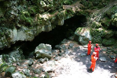 洞窟が大きな口を空けて待っていました