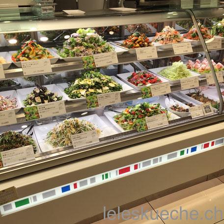 Eine Salatauswahl im Daimaru Warenhaus