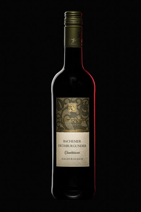 Weinflasche freigestellt vor weißem Hintergrund