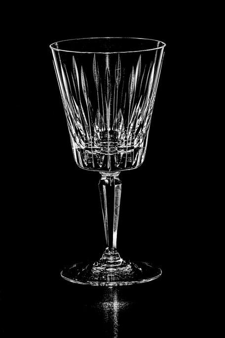 Glas vor schwarzem Hintergrund