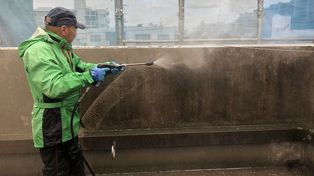 志木市の塗装工事前 高圧洗浄の様子