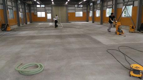 さいたま市岩槻区の工場、塗床の研磨処理の様子