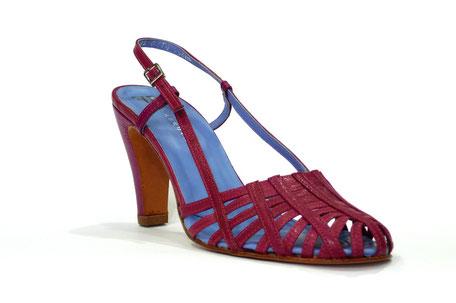 Sandalia vestir color malva de la marca farrutx, elaborada en tiras cruzadas, cierre con hebilla en talón, suela cuero. Sandalia cómoda y muy elegante